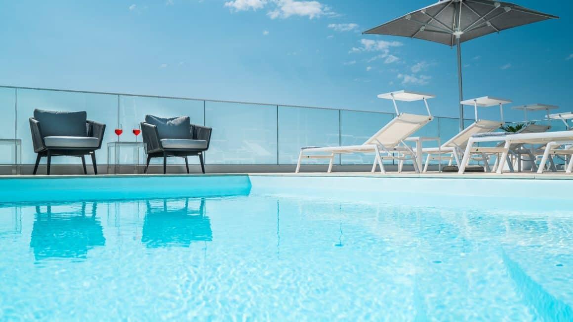Rooftop con piscina e sky bar in hotel a Lignano Sabbiadoro (Udine)