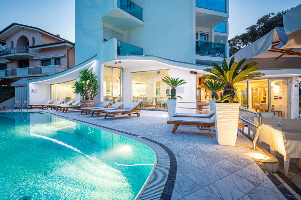 Fotografo a Trieste matrimonio tra luce naturale e luce artificiale in fotografia servizio fotografico per hotel con piscina a Trieste