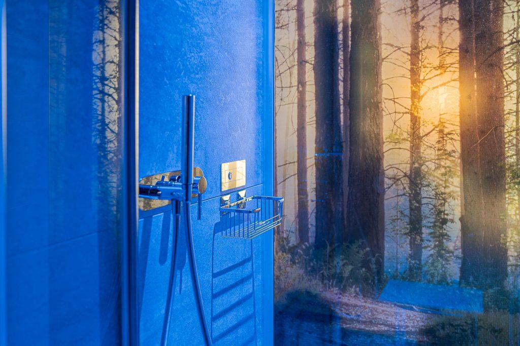 dettaglio di parete retroilluminata con stampa di un bosco in box doccia moderno e di design