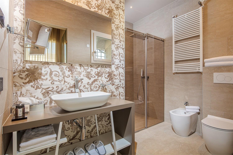 Fotografo per interni e arredamenti in bagno con piastrelle damascate