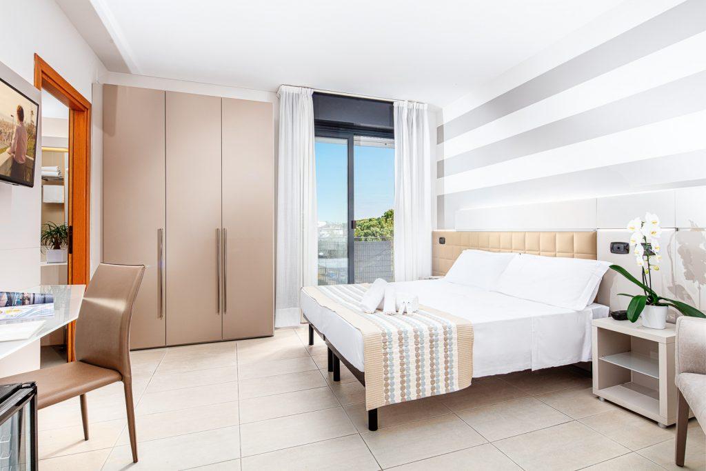 Fotografia di camera in business hotel con vista e finestra, decorata con orchidea e runner